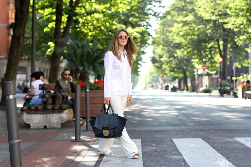 clochet-outfit-streetstyle-mango-white-wide-trousers-cos-white-shirt-sushi-bag-white-birkenstocks