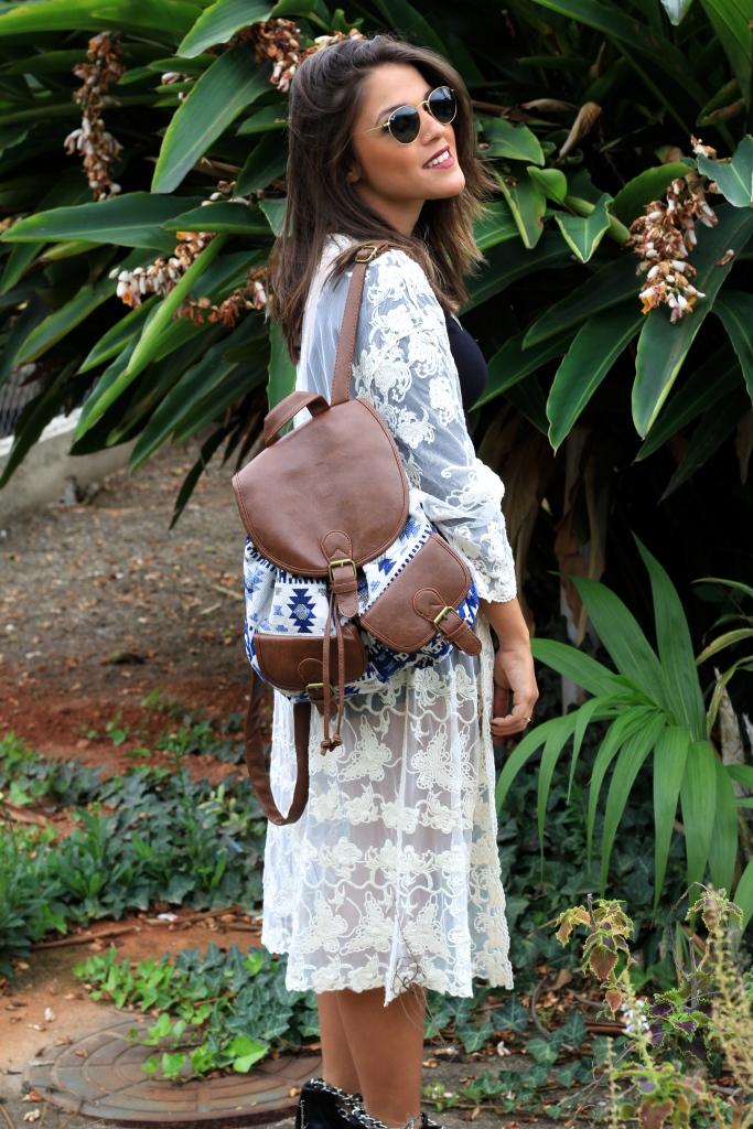 Maxi Kimono - Forever 21 | Cropped top - Garimppo | Shorts - Zara | Colar/Neckless - Loja três | Mochila/Backpack - Garimppo | Bota/Boots - Schutz