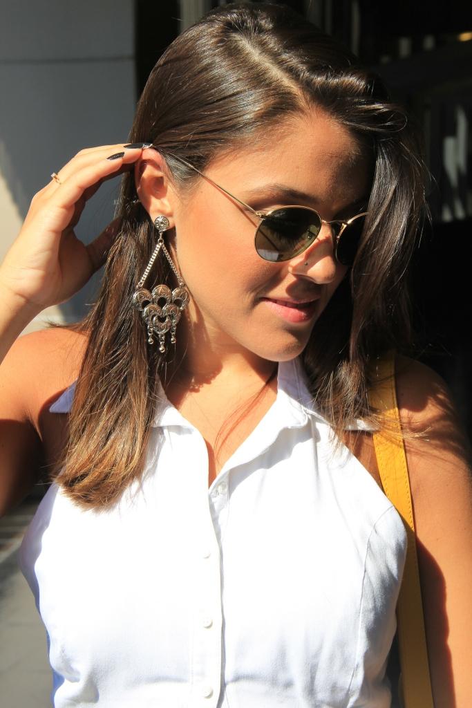 Brinco - Close Acessórios | Top - Farm | Saia - Farm | Jaqueta - Sports Girls | Sandália - Schutz | Bolsa - Louis Vuitton