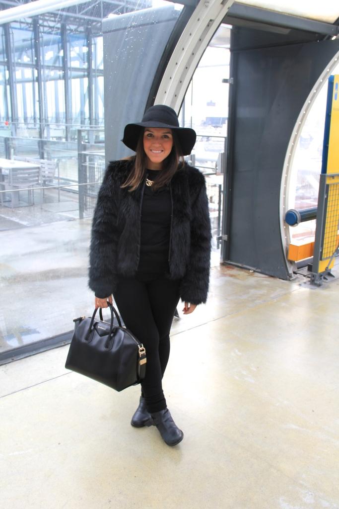 Casaco - H&M | Blusa de gola - Zara | Leggigs - Zara | Chapéu - Aldo | Bota - Aldo | Colar - Forever 21 | Bolsa - Givenchy | Óculos - Ray Ban